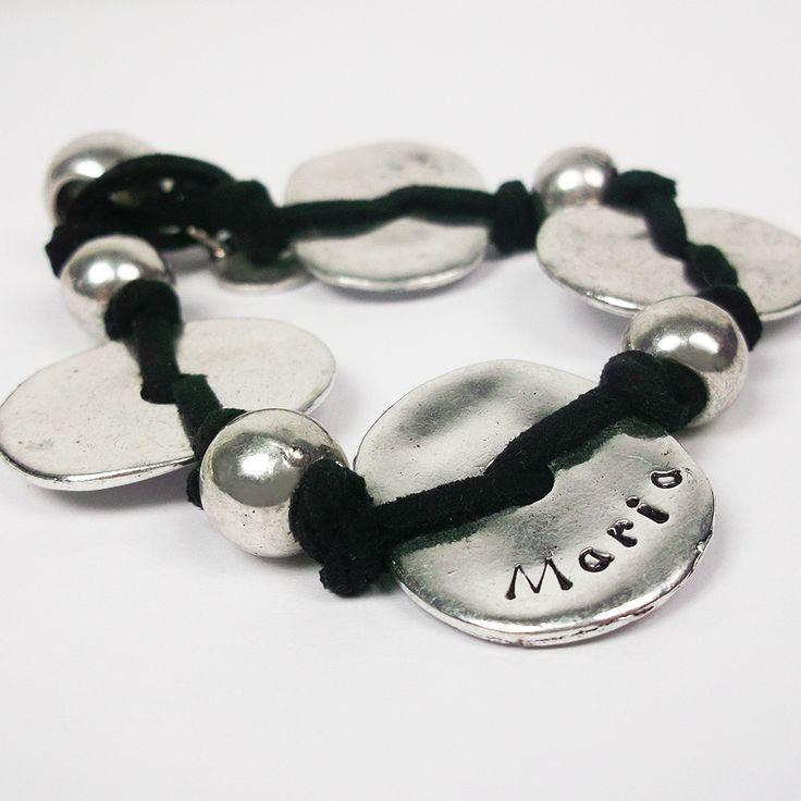 Esta pulsera de nudos corredizos puede tener todas las medallas de plata que nos digas, por supuesto con los nombres grabados.