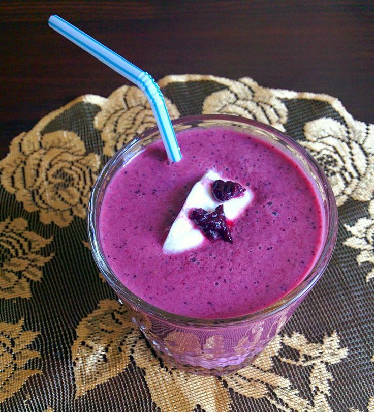 Przepis na letnie smoothie z jagód i bananów.