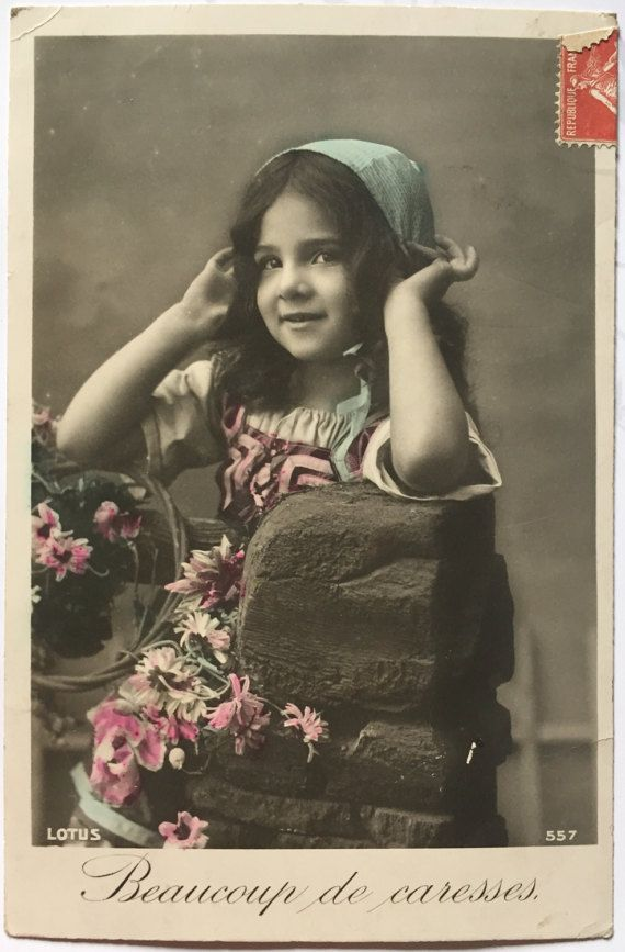 Antieke Franse briefkaart * fotografie van brunette meisje met blauwe hoofddoek * zoete touch