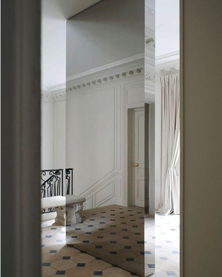 Absolute fantastic Joseph Dirand interior! Love the sculptural quality of his design!  #artdeco #commercialinterior #Classicdesign #archilovers #nordicdeco #inredningsdesign #inredning#residence #interior4all #interiorinspirasjon #kkliving #boligmagasinet #josephdirand #mäklare #moderndesign #parisdesign #nordicdecor #skandinaviskehjem #minimalism #minimalmood #opulence #darlingescapes#midcenturymodern #modernism #marble #furnituredesign #midcentury #contemporarydesign #mirrow