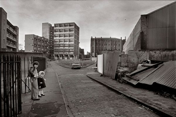 Boy with a gun and his sister, Pearl St, Wapping - Tony Bock 1973-8
