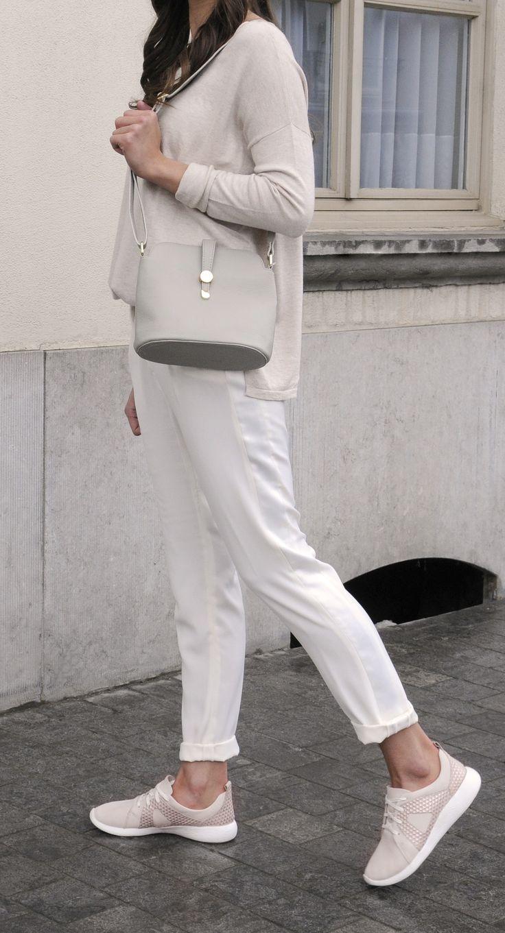 Look minimaliste avec des baskets roses rétro