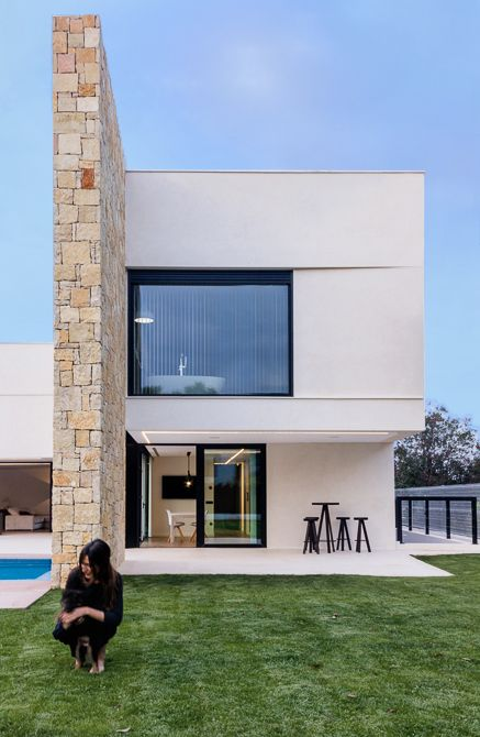 Vivienda de lujo con piedra natural. Piscina desbordante | Chiralt Arquitectos | Valencia