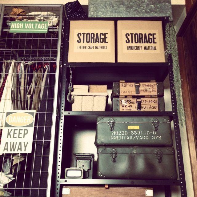 """スチールラックは、素材が鉄なので丈夫で収納力が大きい反面、見た目が倉庫のストック棚や事務所的なところが """"う~ん""""という印象ってありますよね。 そこで、スチールラックの長所を活かしたおしゃれな活用術をご紹介します。 ぜひお部屋にご活用ください。"""