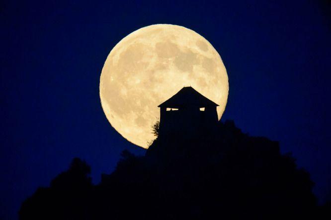 Holdfelkelte a salgói vár mögött, Somoskőújfalu közeléből fotózva július 12-én.