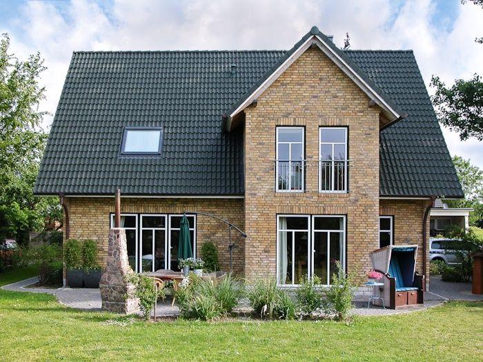 Einfamilienhaus mit Kapitänsgiebel und grünem Dach von ECO System HAUS