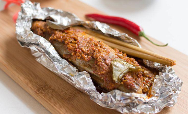 Hier vind je een makkelijk recept voor Ikan Pepesan, pittige Indonesische makreel. Fantastisch van smaak en perfect op de bbq of in de oven te bereiden