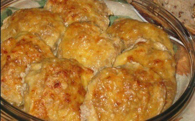 Фото к рецепту: Запеченные котлетки Сметанные под сырной корочкой