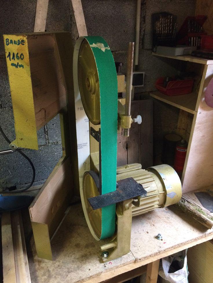 ponceuse a bande sur la base d'une scie à ruban ancienne marque lurem j'ai rajouté un support vertical et un autre horizontal, j'ai fabriqué la bande que j'ai collé à la colle epoxy. le moteur tourne à 1400tr /mn cela suffit pour travailler le bois et le métal