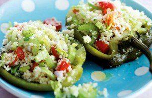 Gegrilde groene paprika met couscoussalade en worstjes