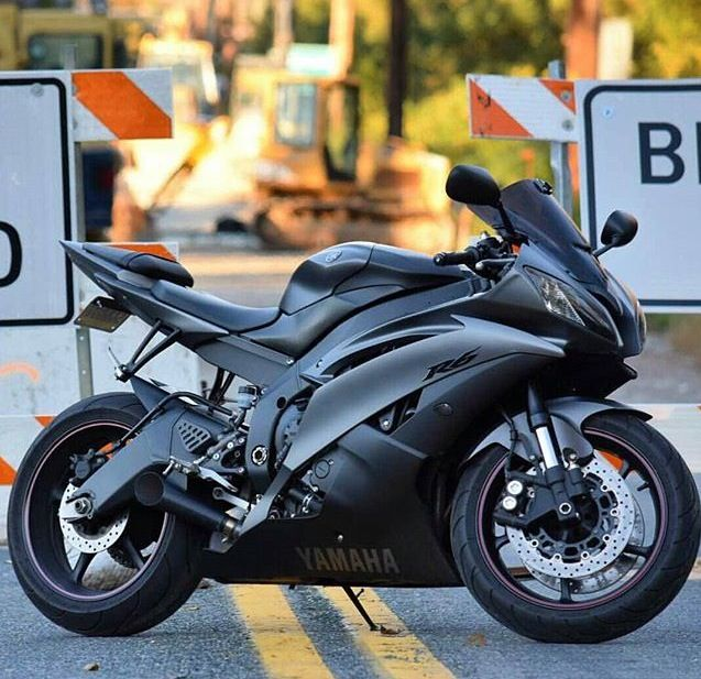 Black on black Yamaha R6