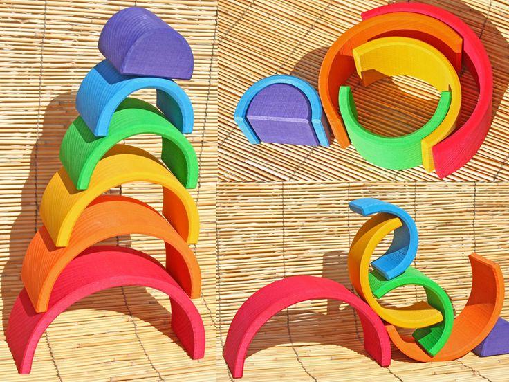 Un arc en ciel qui se transforme au gré de ses envies. Un jeu créatif évolutif, pour les petits ou grands enfants. https://www.ecolojeux.com/jouets-au-naturel-bebe/127-arc-en-ciel-en-bois-empilable-6-pieces.html