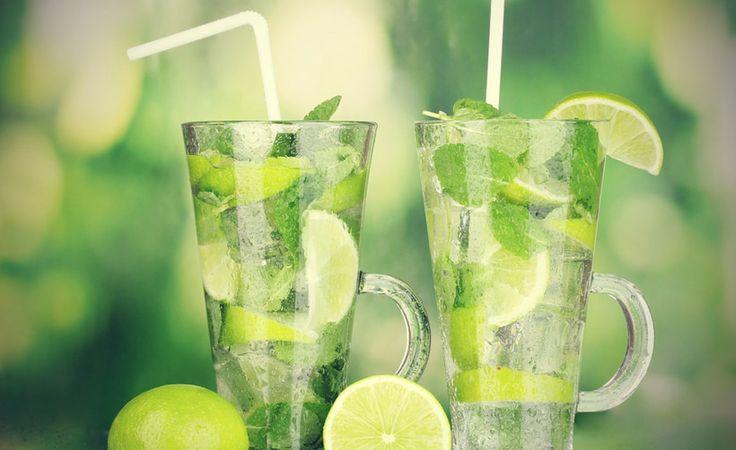 Veel zon, hoge temperaturen: drinken is de boodschap. Je kan kant & klare drankjes kopen, maar het is even leuk en vaak lekkerder om zelf aan de slag te gaan. Hier zijn alvast 3 heerlijke & makkelijke receptjes! Ijsthee Ingrediënten 2 zakjes thee (earl grey) 100 g rietsuiker 1 sinaasappel, schoongeboend 1 bos verse munt … Continued