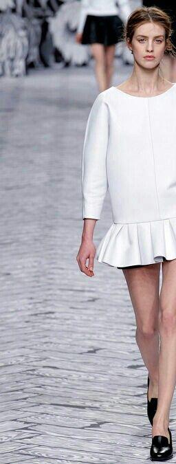 VOOR: Zie hier hoe minimalistische mode nog steeds heel vrouwelijk kan zijn. Het is een combinatie van vrouwelijk (de roesjes) met 'vormloos'heid.