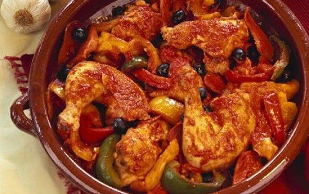 Κοτόπουλο κοκκινιστό με ελιές και πιπεριές - iCookGreek