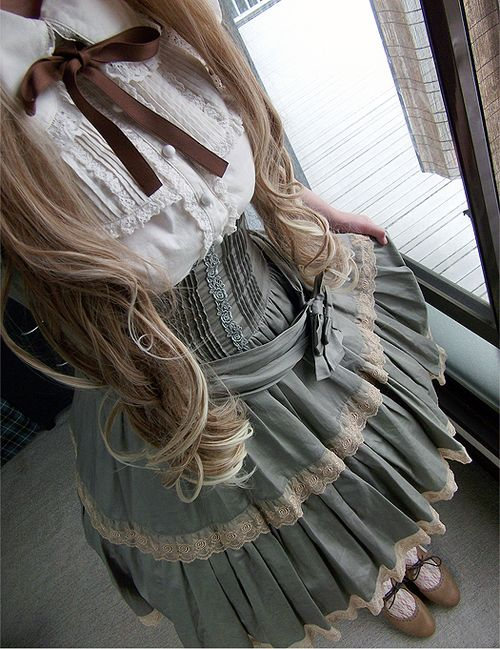 You know, I wish people still dressed like this. It's so pretty.