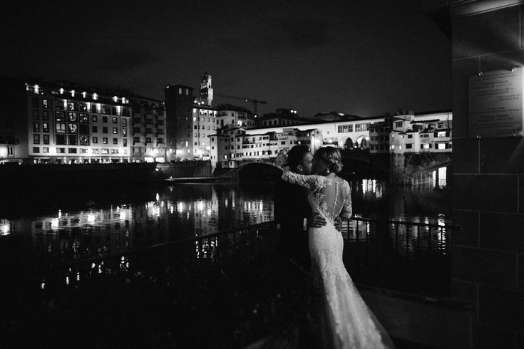 #wedding in #florence #pontevecchio #bride #bridal #dress #white #wedding #phography #blackandwhite #destinationwedding #weddingphotographer #tuscany