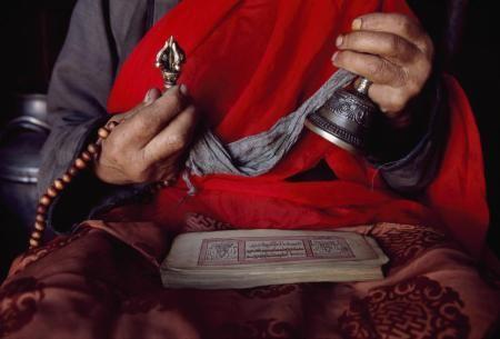 """""""De la main droite, il saisit son dorje ou vajra, la foudre-diamant d'Indra qui détruit l'ignorance, symbole de l'action masculine efficace composé de deux têtes pyramidales (comme le Mont Meru)..."""