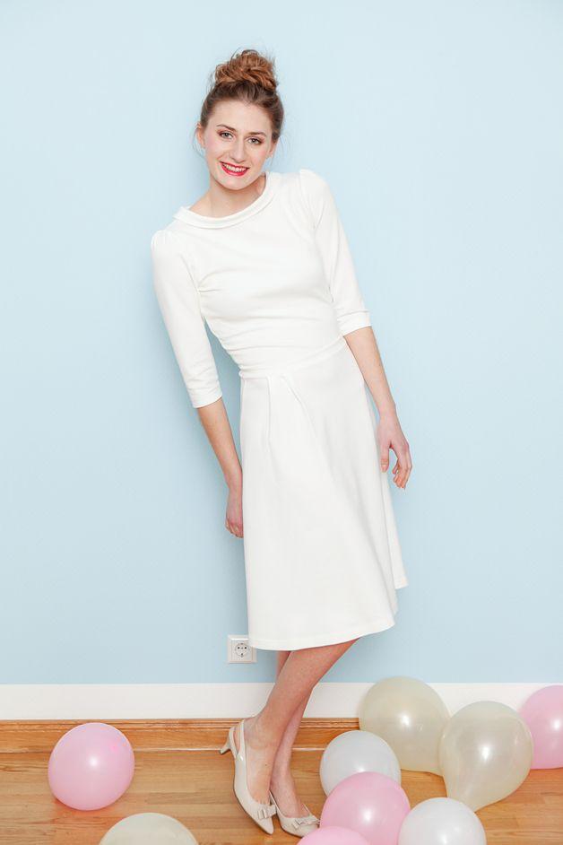 Schlichtes Hochzeitskleid in Cremeweiß, ideal für die standesamtliche Trauuung/ simple wedding dress in cream white made by Cordelia Bäthge via DaWanda.com