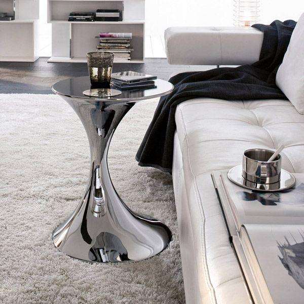 Tavolino Andorra in metallo cromato con top in vetro nero.