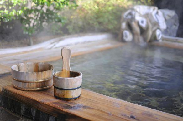 Onsen. Wellicht heb je er nog nooit van gehoord. Het zijn natuurlijke warmwaterbronnen die als heerlijk ontspannend bad kunnen dienen. Zeer weldadig na een lange vlucht of indrukwekkende rondreis! #Japan #Onsen