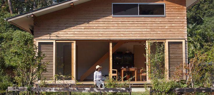 自然との調和を味わう木のぬくもりと手作りの温かさ自然に溶け込む山小屋風の家
