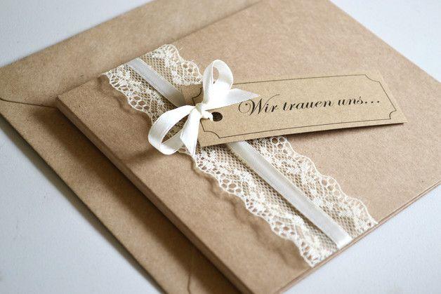 **Gestaltung:**  Liebevoll gestaltete Einladungskarten zur Hochzeit im angesagten Vintage Design mit Spitze & Schleifchen in creme (weiss und rosa sind auch möglich).Die Karte ist aus sehr...