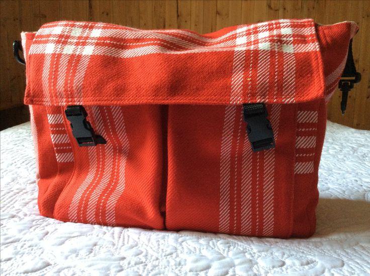 Sac à couches tissé en orlex 2/8 doublé.  Intérieur en Tissus De jutte avec motif pour enfant et sous- tapis du même motif avec recto en serviette 16 x 26.