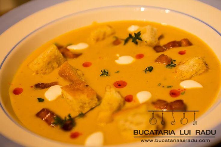 Fierbinte si aromata pentru zilele friguroase o supa de dovleac picanta face minuni. Incearca o supa de dovleac picanta cu bacon si crutoane.