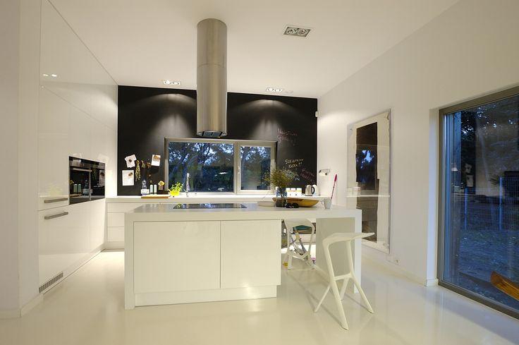 Kuchnia, biała kuchnia, biel w kuchni, nowoczesna kuchnia, czarna tablica w kuchni, farba tablicowa. Zobacz więcej na: https://www.homify.pl/katalogi-inspiracji/20712/jak-ozywic-biala-kuchnie-7-pomyslow