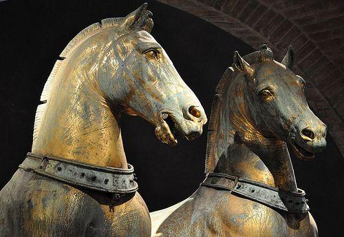 Marin Sanudo (1496-1533) racconta che  la quadriga fu imbarcata su una galera di Domenico Morosini e a uno dei cavalli si ruppe un piede che fu sostituito a cura della Serenissima perchè l'originale se lo tenne Morosini per ricordo.