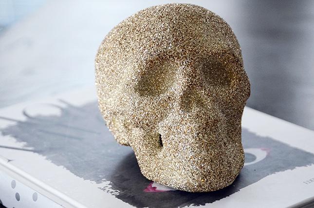 Pega diamantina a un esqueleto de unicel con Resistol 850 Escolar.