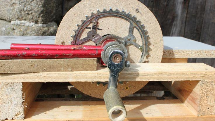 Home-made tools - Hand-powered sander. Ponceuse  fabrication maison. Bri...