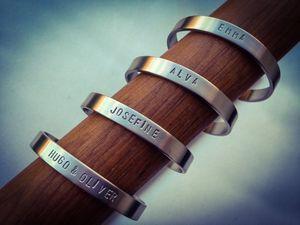 8mm brett armband med egenvalt handstansat namn på INSIDA och UTSIDA.