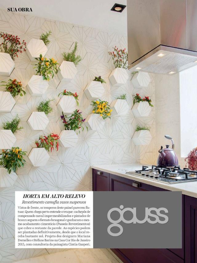 Revestimento de cozinha. Jardim vertical feito com revestimento hexagonal