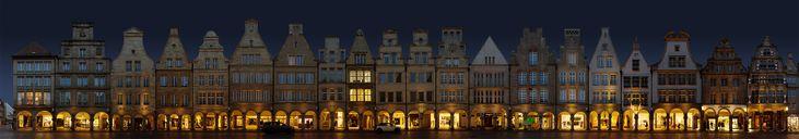Panorama aus 20 Bildern mit jeweils unterschiedlichem Standpunkt. Knapp 150 Meter Fassaden und 20 Häuser. Originalauflösung 29718 x 5203 Pixel (ca. 15...