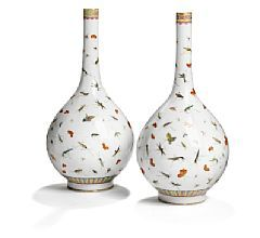 857/167 - Pair of Chinese porcelain vases pearshaped with slender neck. Marked Daoguang 1821-1850. 20th century. H. 44 cm. (2)