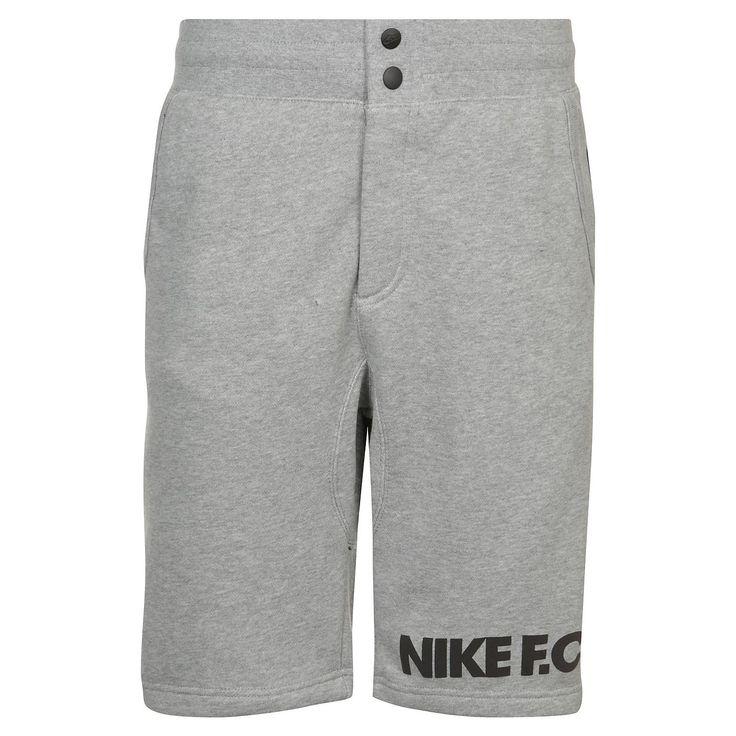 F.C. V442 Short Herren    Die Nike F.C.-Serie vereint modische Komponenten aus dem Fußball mit bequemer Sportswear und bietet dir so sportlichen Look für deine Freizeit.    Die kurze Sporthose ist aus einem sehr weichem Baumwollmaterial und garantiert dir angenehmen Tragekomfort. Seitliche Eingrifftaschen und die Gesäßtasche bieten Platz zur sicheren Aufbewahrung von Kleinigkeiten. Die Kontrast...
