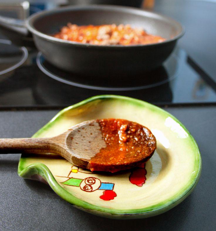 Ce repose-cuillère va rapidement devenir indispensable dans votre cuisine !  Il est fabriqué artisanalement par un potier français. Repose-cuillère artisanaux. Ils sont réalisés par un potier dont vous pourrez voir l'atelier sur le site ! http://createursdefrance.fr/repose-cuillere/59-repose-cuillere-avec-motif.html