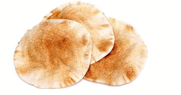 Como fazer pão grego (pita). Fazer seu próprio pão grego, ou pita, é uma ótima forma de se iniciar no feitio de pães. O pão pita é relativamente fácil de fazer. Uma vez que a massa esteja misturada e amassada, você pode deixá-la descansar na geladeira por até três dias e ir usando pedaços à medida que for precisando. Use as mãos ou uma batedeira para amassar a massa. Para que ...
