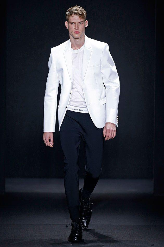 Calvin Klein Collection (masculino) Outono-Inverno 2016/17: a ideia que talvez pegue imediatamente é o famoso cós da cueca, aquele elástico com logo, que aqui já vira o cós da calça e fica certinho do lado de fora quando a camiseta está pra dentro.