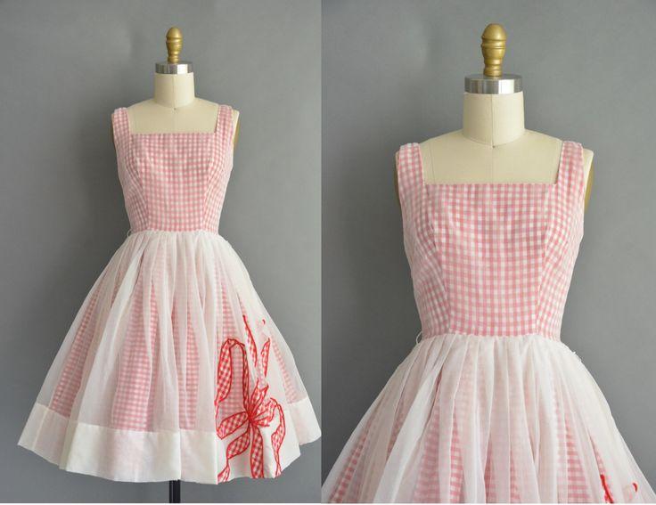 Schattig vintage jaren 1950 rode en witte katoen pastel jurk met een prachtige chiffon laag over de jurk, vleiend uitgerust bovenlijfje met buste darts en een nipped taille past, gratis volledige rok, terug metalen rits sluiting.  ✂---M E EEN S U R E M E N T S--- best past: extra klein  Bust: 32 Taille: xs heupen: open fit totale lengte: 36.5  Label/etiket: Jr. Hair materiaal: chiffon voorwaarde: uitstekend _______________________________ ☆ Bezoek de winkel ☆…