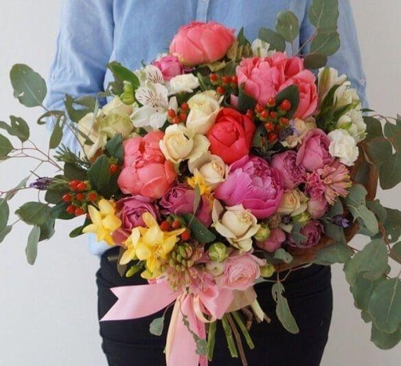 Букет из пионов, кустовых роз, фрезии, альстромерии, гиперикума, лаванды, ранункулусов, гиацинта и эвкалипта.
