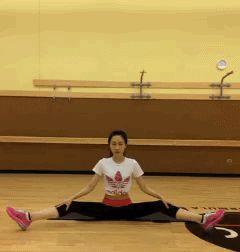 【拉伸—最好的运动 现代人即学即用的健康法则】在运动前后进行全身拉伸运动。可以柔软肌肉,加大身体的柔韧度,防止身体拉伤受损。去除由于肌肉紧张而产生的疲劳物质。同时对于减 肥非常有帮助,让你想瘦哪里就瘦哪里。每个动作拉伸30秒,爱好健身的朋友快快学起来8张