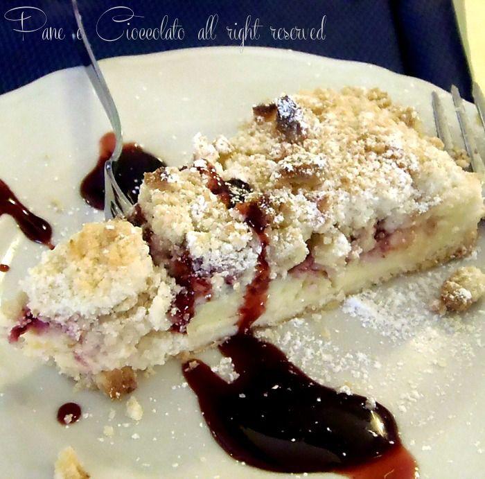 Un dessert davvero goloso e buono: sbriciolata crema e amarene che puo' essere servita come dopo pasto. La sbriciolata e' un classico che dovete provare