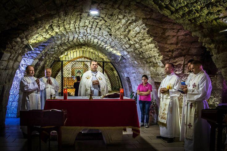 Msza święta odprawiana przez polskich kapłanów przy grobie św. Charbela.