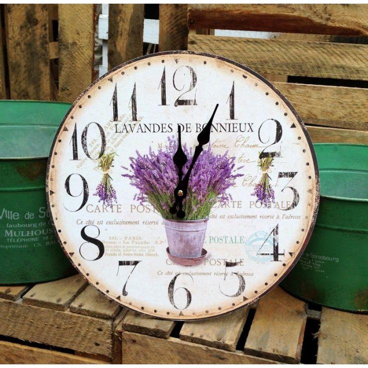 Zegar ścienny z motywem lawendy w bardzo żywej kolorystyce, na tle francuskich napisów w różnej czcionce, wprowadzi nas w niesamowity prowansalski klimat.