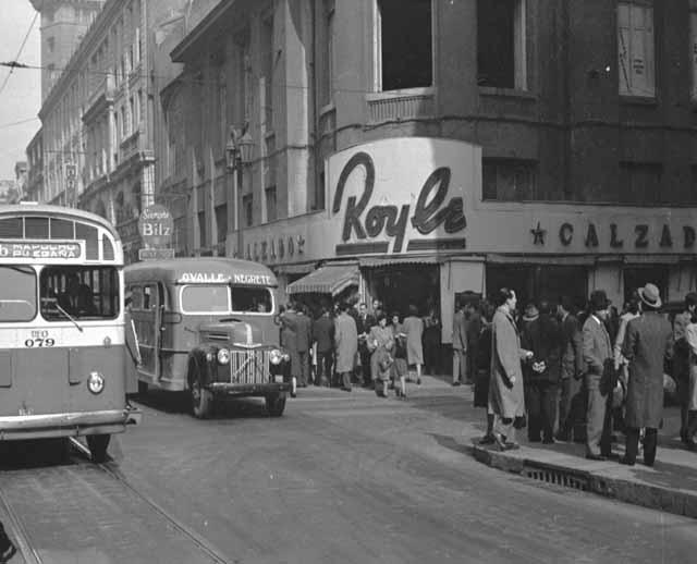 Una micro del recorrido Ovalle Negrete circula por una céntrica calle de Santiago (c. 1942) / Foto de Miguel Rubio