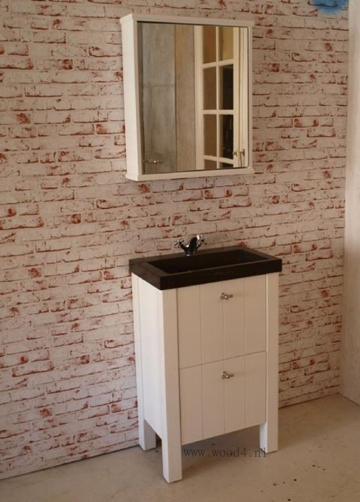 Oke...het is met een breedte van 60 cm dan geen groot badmeubel maar hij is in combinatie met de spiegelkast wel erg mooi. Leverbaar in 60, 80, 100 en 120 cm breed. Een aanwinst voor iedere landelijke badkamer. by Wood4