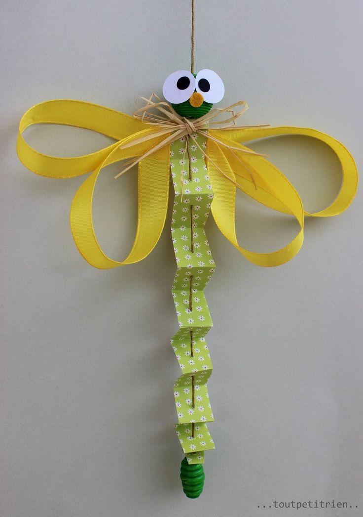 Libellule en papier, ruban et perles en bois. www.toutpetitrien.ch / fleurysylvie #bricolage #enfant
